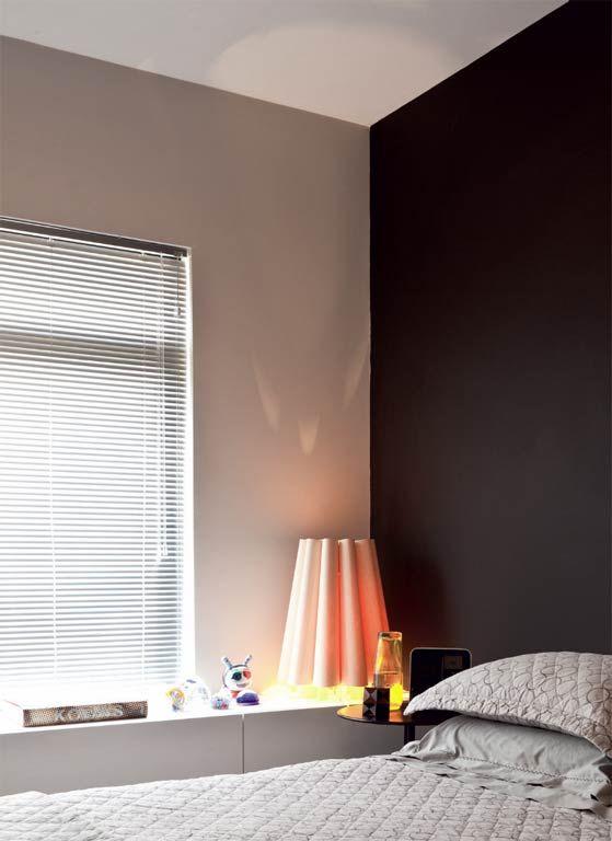 O teto pintado de branco (Neve, da Suvinil) reflete mais luz e aumenta a sensação de amplitude do ambiente. Cores mais sóbrias nas paredes deixam o espaço mais elegante.