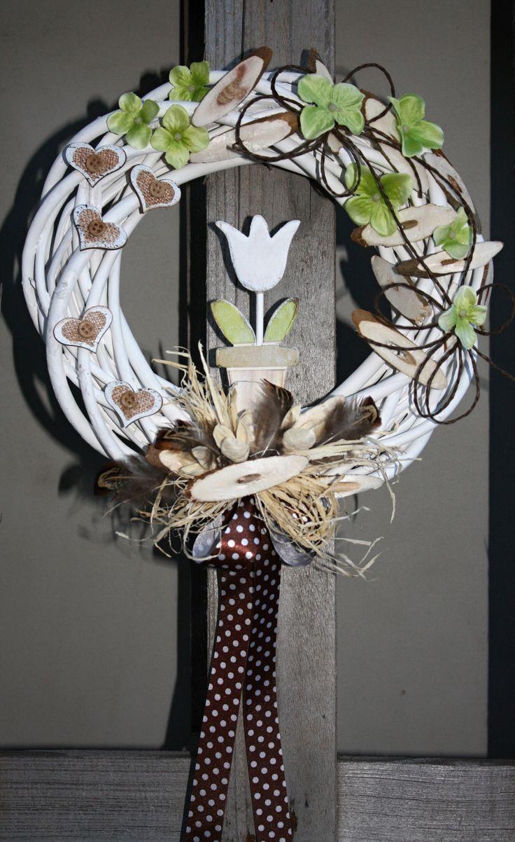 Fanfán+Tulipán+průměr+věnce+cca+27cm+dřevěný+tulipán,+bažantí+peří,+sekané+špalíčky+jako+imitace+dřeva+z+polystyrenu+nebo+jemu+podobného+materiálu+:-),+látkové+květy+hortenzie,+dřevěná+srdíčka