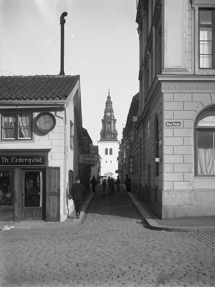 Orig. text: Borgmästaregatan från Stora Torget mot S:t Larsgatan.  Th. Cederqvist, Skomakare John Berglund