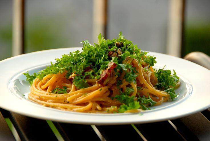Spaghetti carbonara som den skal laves. Original opskrift fra Rom, hvor man laver verdens bedste spaghetti carbonara. Til den originale spaghetti carbonara skal du bruge (rækker til to personer): 125 gram pancetta eller tørsaltet bacon 250 gram frisk