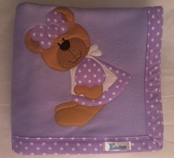 Manta em soft microfibra lilás, com barrado em tecido 100% algodão e patch apliquée ursinha. R$45,90