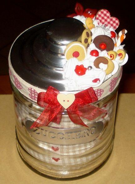 Barattolo di vetro decorato con silicone + biscottini in fimo.