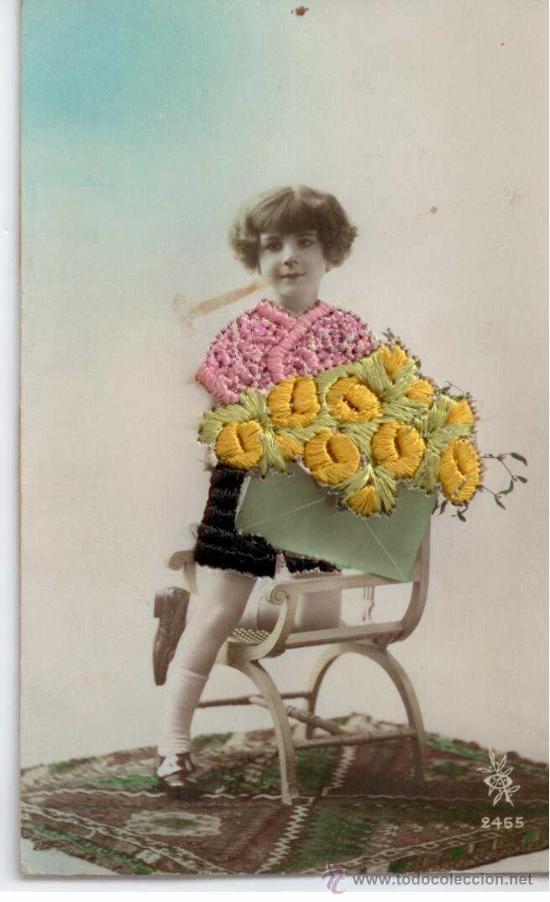 Niña con cesto de flores. Postal bordada. 1900 1920
