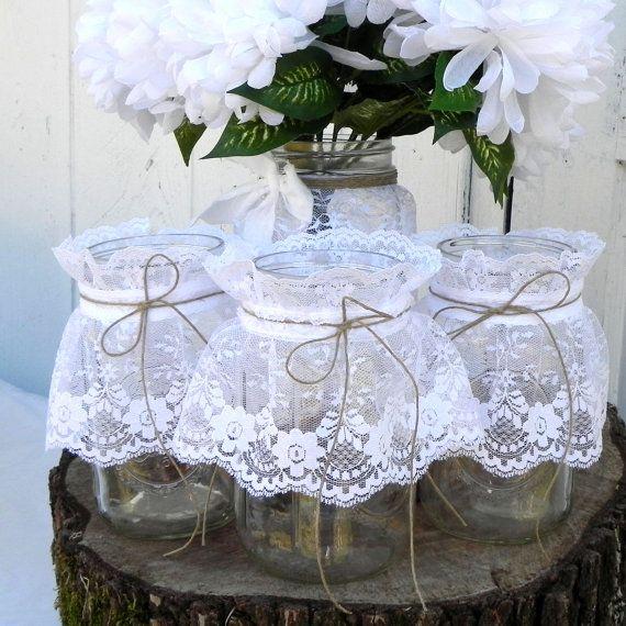 Articles similaires à Bocaux Mason dentelle rustique 4, pièce maîtresse, Vase à fleurs, pots à bonbons, détenteurs de la carte de l'endroit, numéros de Table sur Etsy