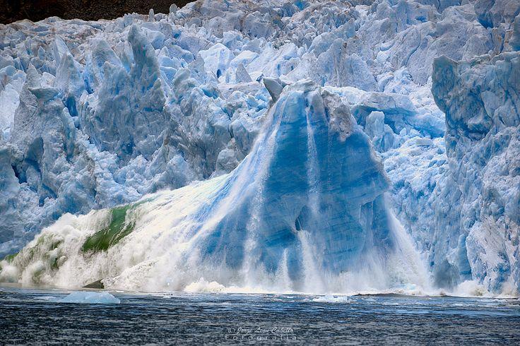 El Glaciar San Rafael es uno de los mayores glaciares del  Campo de Hielo Norte en la Patagonia Chilena. Es la mayor masa de agua congelada mas cercana al Ecuador en el mundo. Tiene un ancho de 2 kms y un frente de 50 mts de altura, con un largo de 20 kms desde su nacimiento en el campo de hielo hasta llegar al mar. Cada tanto grandes trozos se desprenden de su frente dando origen a la Laguna San Rafael y al Rio Tempanos que la conecta con el mar. Se ubica dentro del Parque Nacional Laguna…