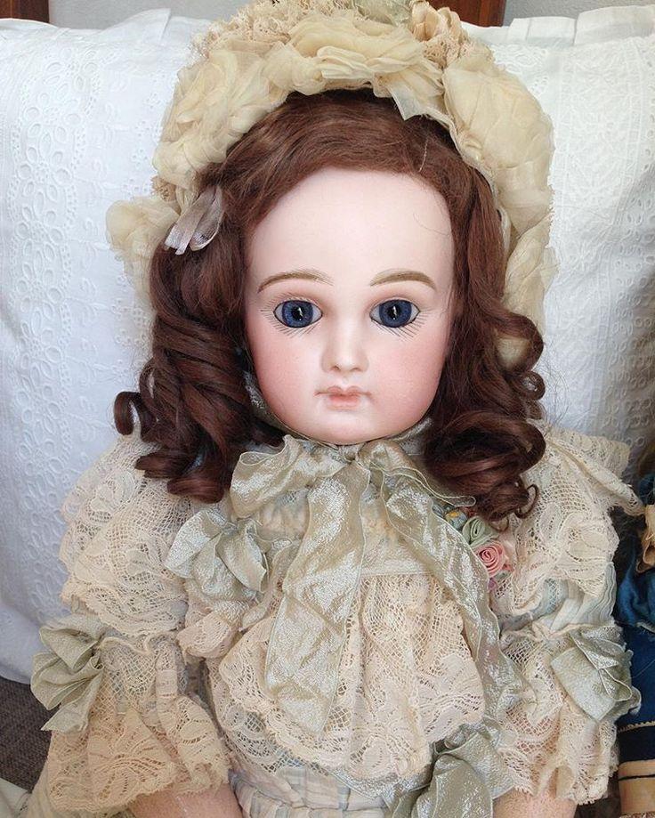 * 週末の朝はスローペース。 ... #アンティーク #人形 #ドール #アンティークドール #ビスクドール #ジュモー #ジュモウ #ポートレートジュモー #ボネ #ボンネット #巻き毛 #ベルエポック #antique #doll #antiquedoll #bisquedoll #jumeau #jumeaudoll #portraitjumeau #bonnet #blueeyedgirl #brunettegirl #belleepoque #Ondine_portraitjumeau9