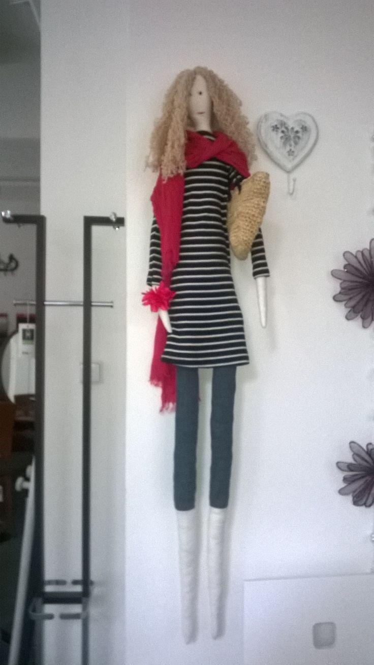 Velká panenka ručně šitá s velkým lýkovým košem, také vlastnoručně uháčkovaný a čalouněný.Zdobí prodejnu.