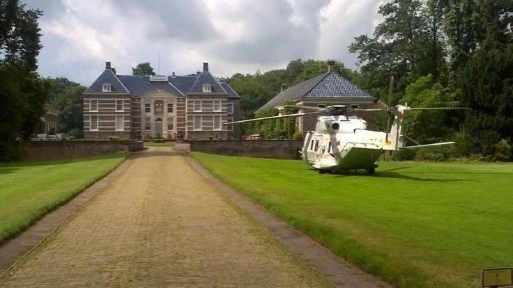 Patrick Hultink (@PatrickHultink) | Twitter De landing was onderdeel van een oefening maar toevallig zat  de zoon van een bewoner (niet de Graaf) ook in de helicopter.