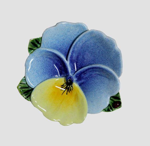 Beste vrienden, Ik wil graag bieden u verschillende soorten keramische kommen met tuin bloemen, die schijnt met een worm-kleuren en gevoel van gezelligheid en vreugde brengt. Ik maakte ze uit klei en ik elk blad zeer precieze met veel liefde en aandacht. Alle kommen zijn beschilderd met loodvrije glazuren en gebakken op 1100 graden Celsius. Dit is een perfecte gift voor de bijzondere mensen in ons leven. Het kan geregeld worden met een andere kunststoffen van hetzelfde type. Product…