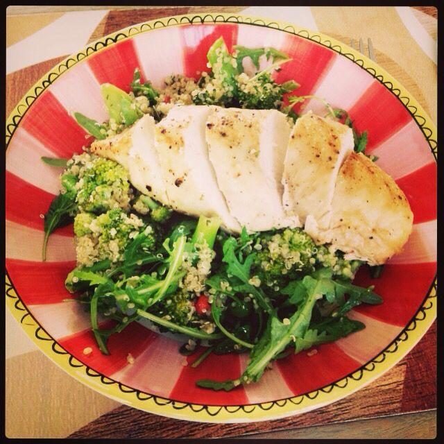Mijn kookcreatie vandaag . Quinoasalade met broccoli, rucola, pompoen- en zonnebloempitten, gojibessen, limoenrasp en olijfolie