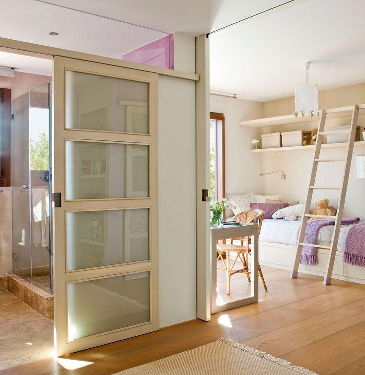 Habitación infantil con baño tipo suite separado por una corredera