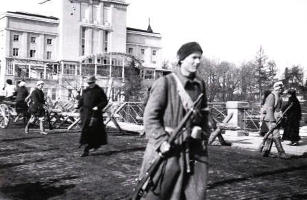White troops seizing Hämeen bridge, behind the theater building (Antiquities).