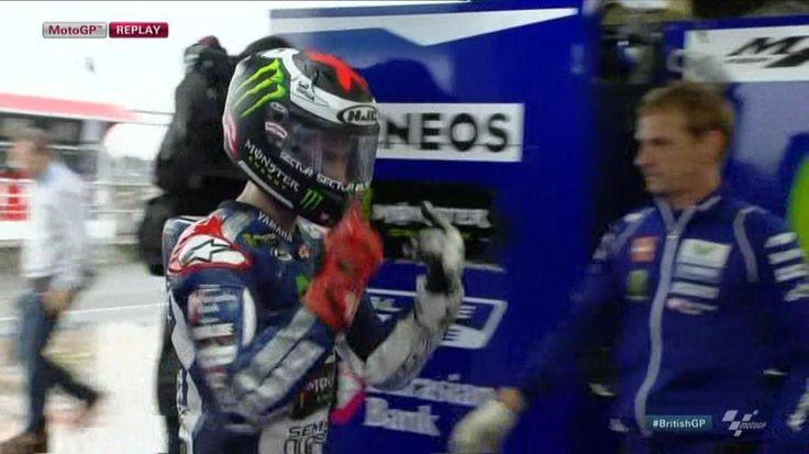 VIDEO: Jorge Lorenzo deja claro al entrar en el garaje sus problemas con el casco http://mdia.st/1ibQKq3 #MotoGP