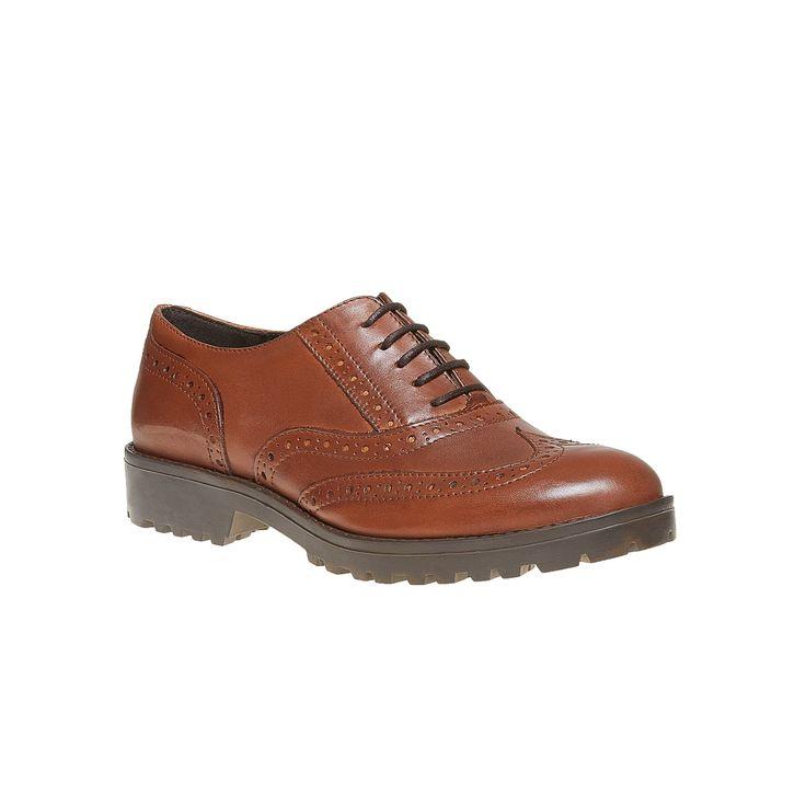 Scarpe basse in stile Oxford che apprezzeranno tutte le donne che amano lo stile giocoso maschile. Le scarpe sono dotate di tomaia in pelle con decorazione Brogue, una soletta morbida in pelle di qualità e una suola rigida strutturata che rende le scarpe estremamente confortevoli. Un modello universale da combinare a pantaloni e gonne.