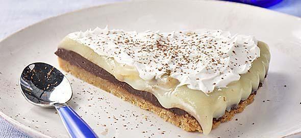 Μπισκοτογλυκό ψυγείου με μπανάνα και μερέντα  Υλικά: 450 γρ. μπισκότα 2 φακέλους φυτική σαντιγί Γάλα (σύμφωνα με τις οδηγίες της σαντιγί) 2 μπανάνες σε φέτες 1 σφηνάκι λικέρ της αρεσκείας σας 300 γρ. μερέντα Νιφάδες μαύρης σοκολάτας (προαιρετικά) Εκτέλεση: Σε μια λεκάνη σπάτε σε κομματάκια τα
