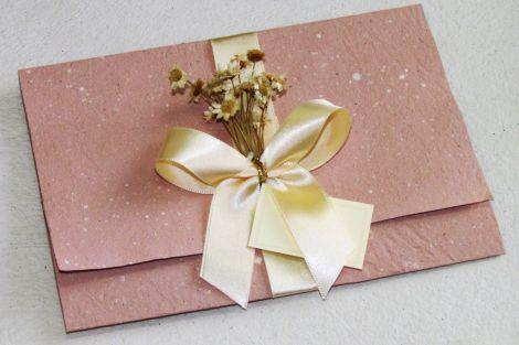http://ocasamenteiro.wordpress.com/tag/convite-de-casamento-reciclado/