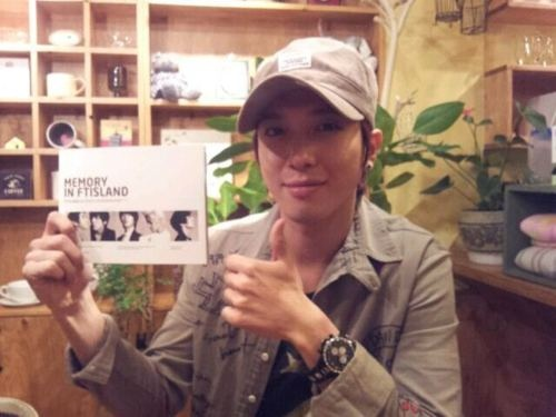 Yonghwa support his labelmates new album,FTISLAND..