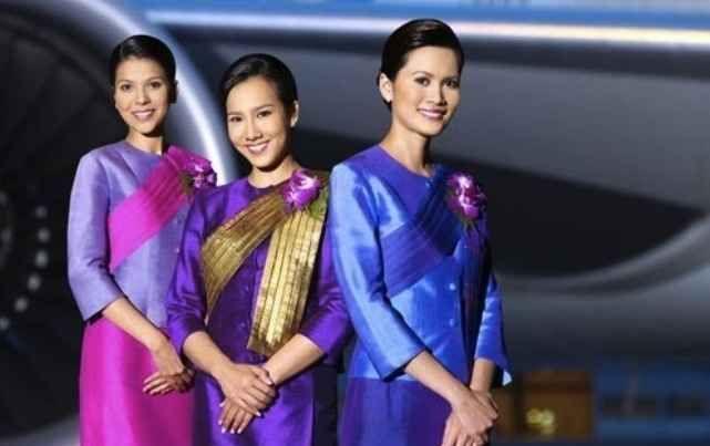 Thai Airways Стюардесс тайских авиалиний можно легко узнать по их яркому наряду. Их рабочая униформа радует обилием цветовой гаммы, и её уж точно нельзя назвать серой и заурядной.  На фоне своих европейских коллег тайские бортпроводницы выглядят празднично и ярко. Их можно сравнить разве что с куколками, облаченных в сказочные наряды.
