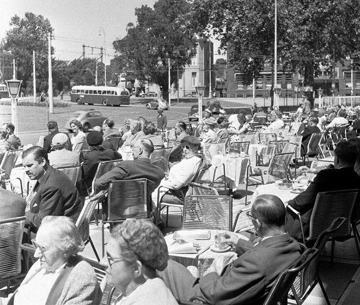 Arnhem: Het Willemsplein met het terras van Royal in 1958