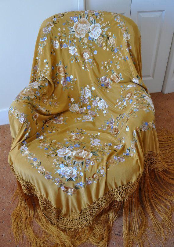 Mantón de Manila de seda amarilla con bordados de flores blancas