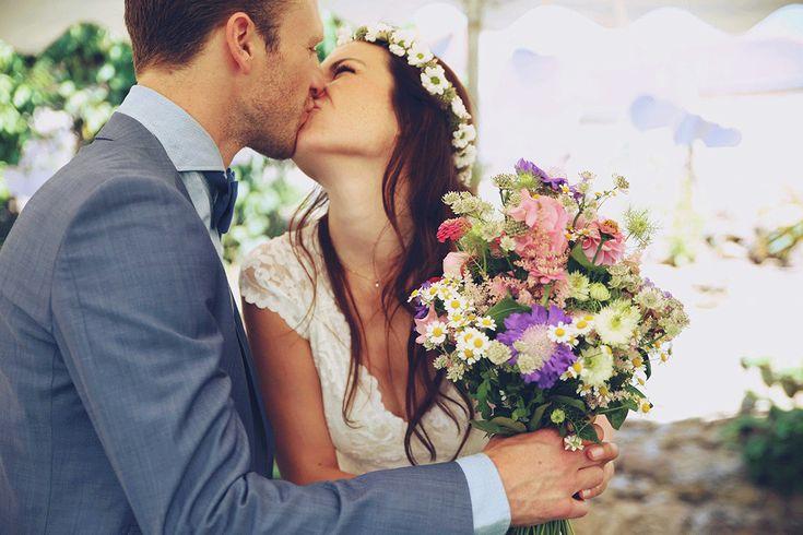 Bloemen kunnen overal; in je boeket, maar natuurlijk ook in je haar! //Foto: Elise Drenthe van Lola's Events