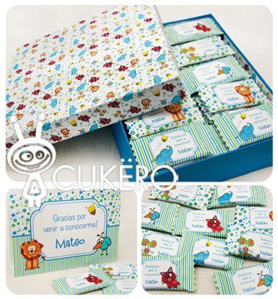 Caja rectangular forrada con chocolates de souvenir.