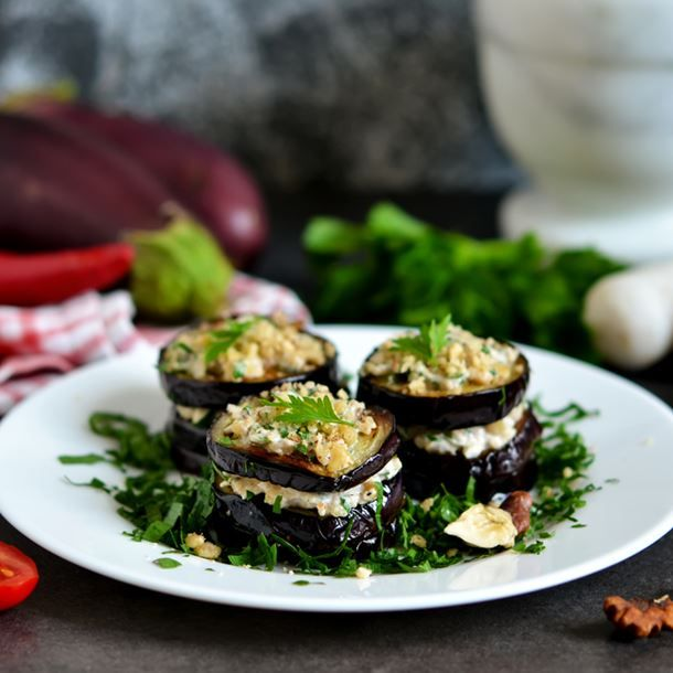 Millefeuille d'aubergines, poivron, féta et pignon de pin