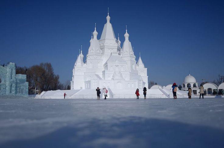 El principal atractivo este año en el Festival de Hielo y Nieve es un castillo de 51 metros de altura, construido con elementos góticos y barrocos por 160 personas que usaron 35,000 metros