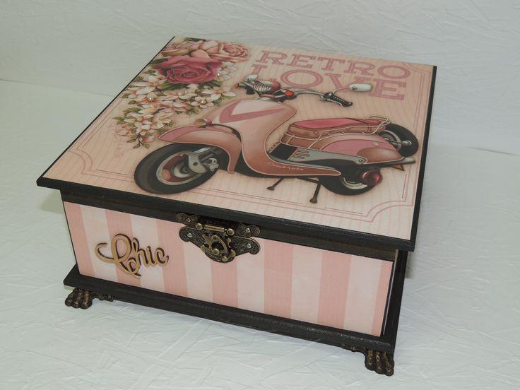 Porta Jóias em MDF 30x30x10 decorada com papéis e flores scrap e acabamento com pés de resina.