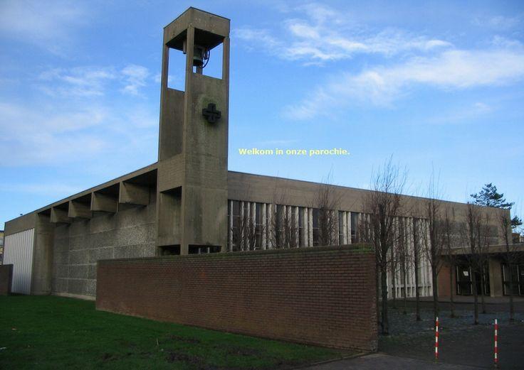 Dit is het Heilig Sacrament, parochiezaal gelegen in Merksem. het werd gebouwd in de jaren zestig. Ik vind het een modern gebouw. Heb hier trouwens mijn plechtige communie gedaan.