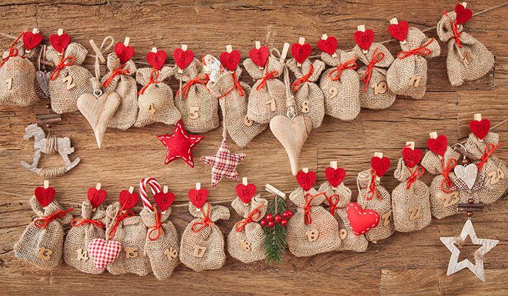 Die Herkunft des Adventskalenders lässt sich bis zum Anfang des 19. Jahrhunderts zurückführen. Damals nutzten vorrangig religiöse Familien verschiedene Methoden, um ihren Kindern die Wartezeit bis Weihnachten zu verkürzen.