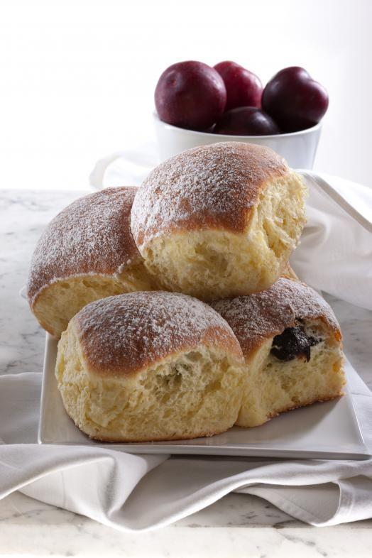 I Buchteln - dolci tirolesi a base di pasta lievitata ripieni di marmellata di albicocche...