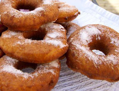 Donuts maken is niet zo lastig als het lijkt. Zeker niet als je dit donut recept volgt. De gebakken donuts worden bestrooit met fijne kristalsuiker. Maar je kunt ze natuurlijk ook vullen met een jam naar keuze.
