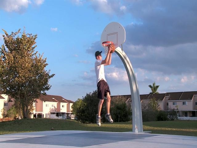 Il basket vi annoia? Forse perché non vi siete allenati abbastanza per fare canestro con fantasia. Quindi oggi vi diamo alcuni spunti su come rendere le vostre partite a pallacanestro un vero e proprio spettacolo. Vediamo se ci riuscite!