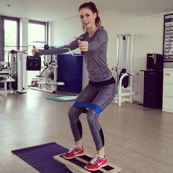 Sportliche Stars: Lena Meyer-LandrutEurovision-Gewinnerin Lena Meyer-Landrut trainiert auf einem Balance-Board. Mit dem Bild will sie