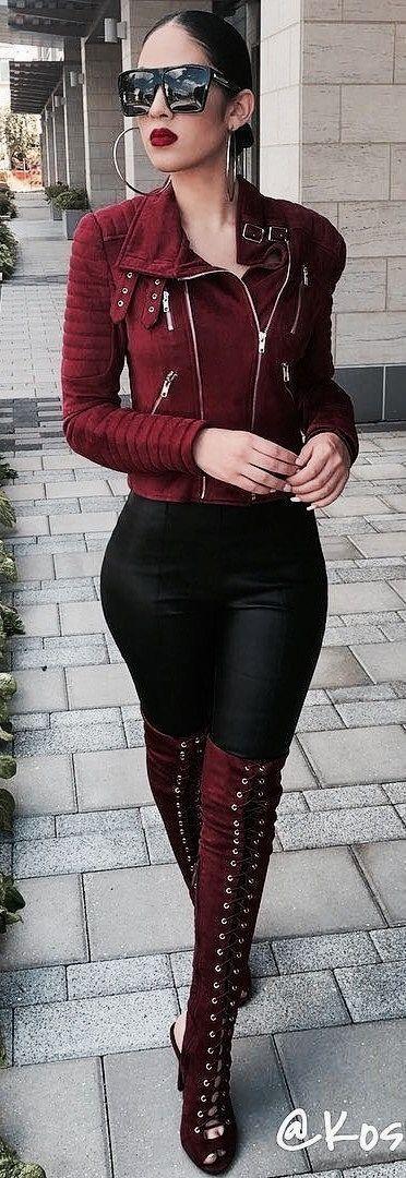 Look extremo. Leggings negros. Botas altas y chamarra a la cintura