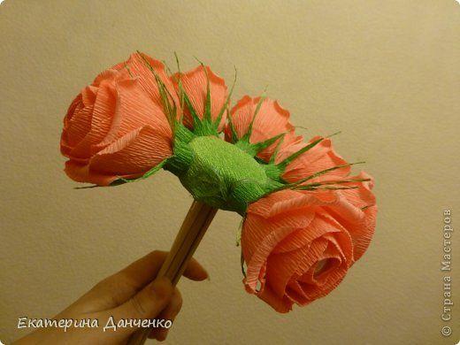 Добрый день! Понимая, что МК по розочкам в СМ много, не удержалась и выставляю свой. История моих роз началась со свадьбы мой лучшей подруги... Нужно было сделать розы размером с грейпфрут, соответственно  роза должна быть объемной. На помощь мне пришли МК Светланы МОТЮЛЬ и Наталии Sovusha  Мне понравились розы которые получились, и решила попробовать в уменьшенном виде и с конфетами. Итак.  Что бы конфеты легко достать, делаю хвостики из тонкого скотча, хвостики делаю треугольником (так…
