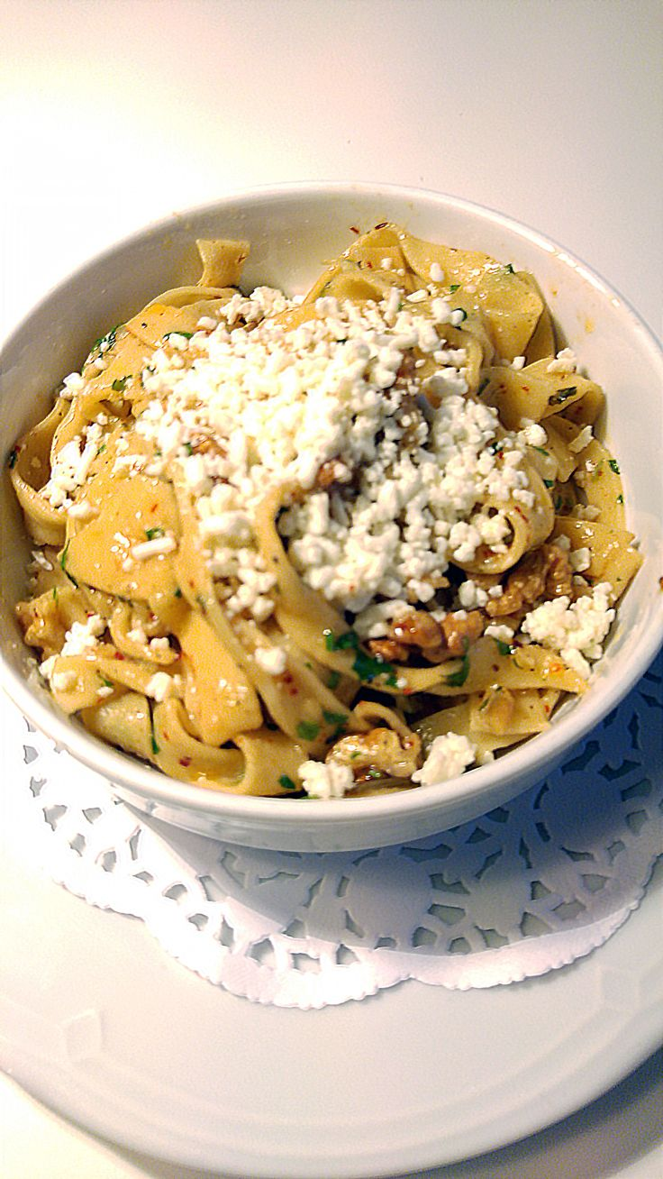 "Reştiyye (1539) Tulum peyniri, ceviz, maydanoz ve kırmızı biberli açma erişte ""Restiyye"" (1539) Homemade at noodles 'a la Turka' sprinkled with 'Tulum' cheese, crushed walnuts and parsley"