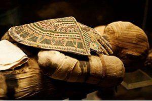 """As múmias são cadáveres embalsamados por algumas sociedades que acreditam no retorno do espírito ao corpo.   Tal processo, chamado de mumificação, tem como fim preservar o corpo para a recepção do """"espírito"""".  Os antigos egípcios tinham o costume de embalsamar os seus faraós. Todos os órgãos eram retirados e os cadáveres eram enrolados em uma espécie de bandagem.  Os órgãos internos retirados das múmias eram armazenados em vasos canopticos.  Os faraós eram enterrados com todos os seus bens."""