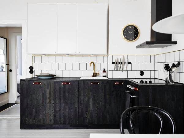 svart kök vitt kakel, läderhandtag superfront