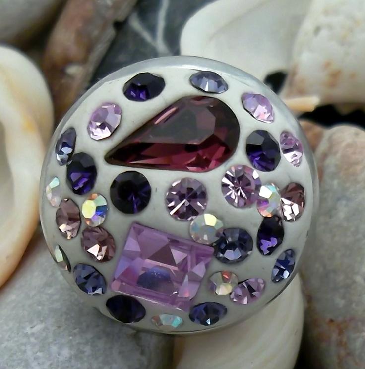 Fialkový na prsteník Prstýnek z komponentu v barvě stříbro, bílá polymerová hmota doplněná fialkovými šatony Swarovski a Preciosa. Velikost prstýnku je 1,8 cm. Prtýnek má universální velikost.