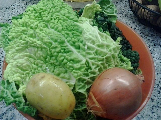 Tortini di parmigiano con cuore alla panna su vellutata di verza