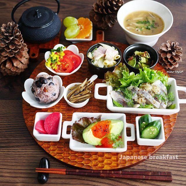 2016/11/23 10:24:56 putimiko ❇❇❇ #お昼ごはん  おはようございます  前回のお返事がまだ済んでおらずで ごめんなさい 後程させて下さいねm(__)m❤  朝食はヨーグルトだけだったので、 朝昼兼ねて#ブランチ  この日の#ワンプレートごはん 🍴鯵のマスタード#マリネ(Myレシピ🆔917164) 🍴丹波産#黒豆ごはん で#おにぎり 🍴ゴボウのバルサミコ#きんぴら 🍴#紅大根 の#甘酢漬け 🍴アボカドとびっこ 🍴胡瓜の#ぬか漬け 🍴フルーツトマト・アマニ油ドレで 🍴アスパラ葉入り#マカロニサラダ 🍴私の好きなアボカドの食べ方和風梅和え (Myレシピ🆔1164298) 🍴きのこの#お味噌汁 🍴#マスカット#みかん  今日は#勤労感謝の日 でお休みの方が多いですね  グンと寒くなりましたが、 皆さん温かくしてお過ごし下さい❤ ❇ ❇ #onigiriaction  #健康