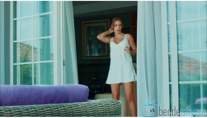 Star TV yayınlanan Medcezir dizisinde  Mira Beylice  karakterini canlandıran Serenay Sarikaya'nın, 40. bölümünde giydiği beyaz elbise
