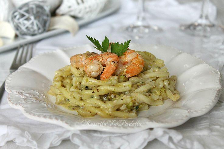 Pasta con pesto di pistacchio e gamberi, ricetta primi piatti. Buono, gustoso, delizioso l'abbinamento fra il pesto di pistacchi ed i gamberi.