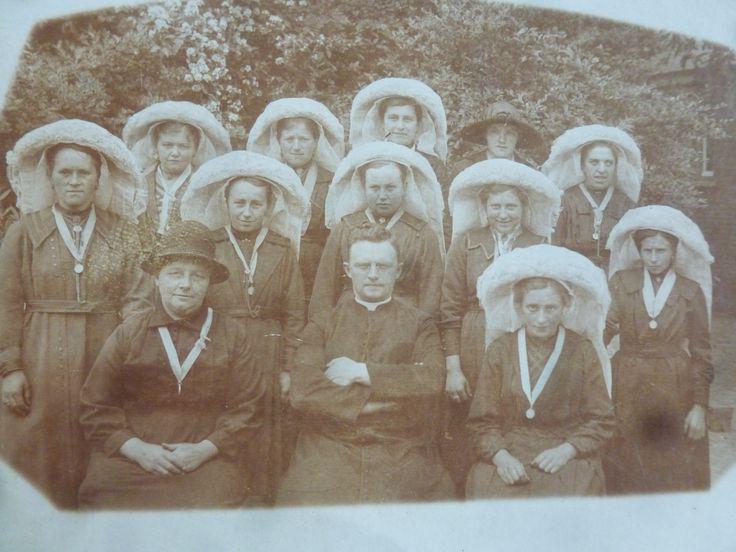 Zelatricendag in Lierop. Allemaal jonge vrouwen met de poffer op. Jaren 10 De kapelaan in het midden en de vrouw met hoed is de pastoorsmeid.