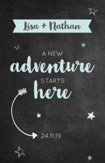 Trouwkaart met een krijtbord achtergrond. Daarop staat de quote: A new adventure starts here. De pijl wijst naar jullie trouwdatum.