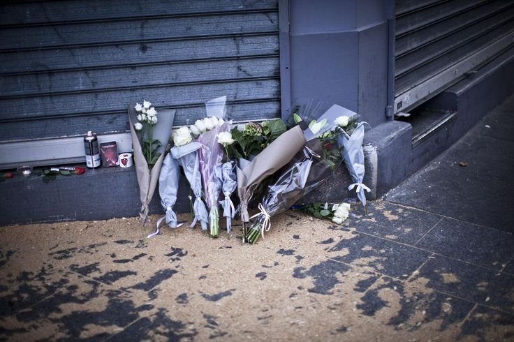 Devant le restaurant Le Carillon rue Bichat, des gerbes de fleurs sont déposées.
