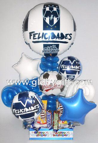 Arreglo con globos y chocolates para un Rayado de corazón