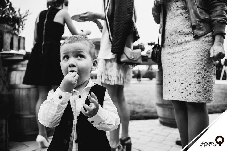 Очень часто на свадьбах присутствуют дети. Оно и понятно: на такой прекрасный праздник обычно приходят семьями. К маленьким гостям в долине Лефкадия особое отношение. Так, в каждом взрослом банкете всегда есть место для специального детского меню, блюда из которого приготовлены нашим шеф-поваром с особенной заботой. Кроме того, в работу наших свадебных оформителей входит и сервировка детского столика, ведь во время торжества должно быть удобно и малышам, и их родителям
